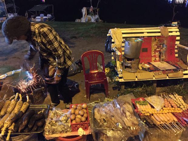 streetfood-xuanhuonglake-dalat-thebroadlife-travel-vietnam