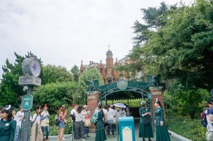 hauntedhouse-disneyland-tokyo-japan-thebroadlife-travel-wanderlust-asia